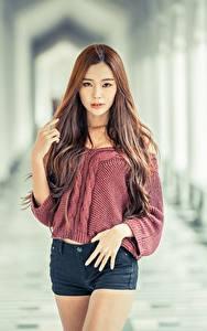 Fotos Asiaten Bokeh Braunhaarige Blick Hand Shorts junge Frauen