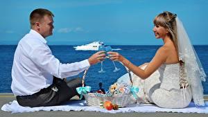 Bilder Mann Paare in der Liebe 2 Trauung Bräutigam Braut Weinglas Weidenkorb Sitzend Mädchens