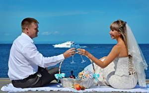 Bilder Mann Paare in der Liebe 2 Heirat Bräutigam Brautpaar Weinglas Weidenkorb Sitzend Mädchens