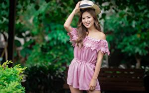 Hintergrundbilder Asiatische Pose Der Hut Lächeln Blick Unscharfer Hintergrund junge frau