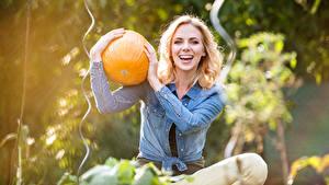 Fotos Kürbisse Blond Mädchen Lächeln Sitzend Hand Mädchens