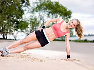 Fotos Fitness Strand Sand Körperliche Aktivität Lächeln Bein Shorts Mädchens Sport