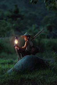 Fotos Asiatische Steine Abend Sitzend Junge Gras Lampe Der Hut Kinder