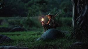 Fotos Asiatische Steine Abend Sitzen Jungen Gras Lampe Der Hut Kinder