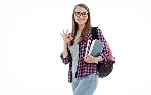 Bakgrundsbilder på skrivbordet Studenter flickor Student flicka Vit bakgrund Ser Blick Glasögon Leende Skjorta Hand Ung kvinna Unga_kvinnor
