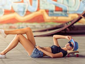 Bilder Skateboard Baseballcap Bein Shorts Brille Mädchens