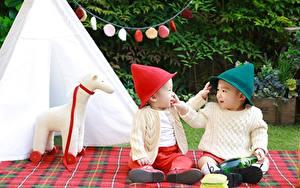 Fotos Asiatische 2 Mütze Sweatshirt Junge Sitzend Kinder