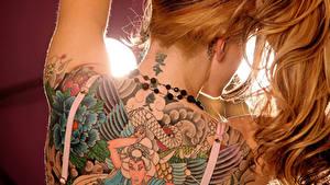 Fotos Großansicht Tätowierung Braunhaarige Rücken Rotschopf Haar junge Frauen