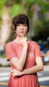 Hintergrundbilder Asiaten Posiert Kleid Hand Blick Unscharfer Hintergrund Mädchens