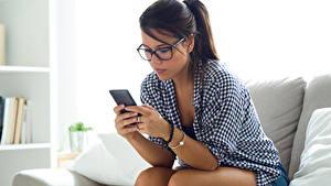 Hintergrundbilder Braune Haare Brille Smartphone Sitzend Mädchens
