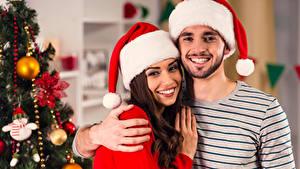 Hintergrundbilder Neujahr Mann Zwei Mütze Lächeln Hand Freude Mädchens