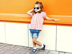 Fotos Kleine Mädchen Brille Shorts Kinder