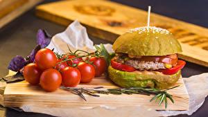 Fotos Burger Tomate Schneidebrett