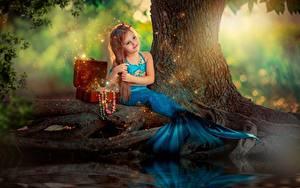 Bilder Meerjungfrau Sitzt Kleine Mädchen Schatztruhe kind
