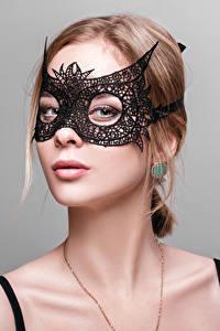 Fotos Maske Grauer Hintergrund Braune Haare Blick Mädchens