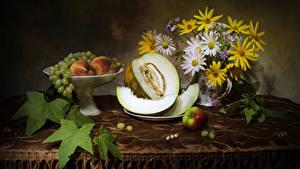 Hintergrundbilder Stillleben Sträuße Kamillen Weintraube Äpfel Melone Pfirsiche Tisch
