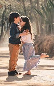 Hintergrundbilder Zwei Jungen Kleine Mädchen Umarmt Kuss