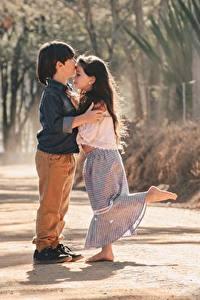 Hintergrundbilder Zwei Jungen Kleine Mädchen Umarmt Kuss kind