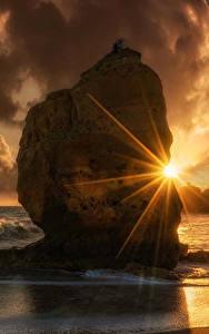 Bilder Sonnenaufgänge und Sonnenuntergänge Küste Wasserwelle Felsen Wolke Lichtstrahl