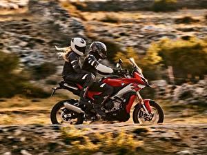 Desktop hintergrundbilder BMW - Motorrad Motorradfahrer Seitlich Zwei Helm 2020 S 1000 XR Motorräder