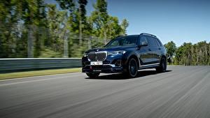 Bilder BMW Wege Fahrendes Metallisch Softroader Alpina XB7 Worldwide, G07, 2020 Autos
