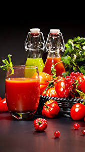 Bilder Tomate Peperone Johannisbeeren Schwarzer Hintergrund Trinkglas Flaschen das Essen
