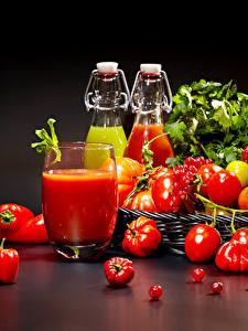 Bilder Tomate Peperone Johannisbeeren Schwarzer Hintergrund Trinkglas Flasche Lebensmittel