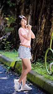 Bilder Asiatische Pose Bein T-Shirt Hand Starren junge frau