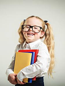 Bilder Schule Grauer Hintergrund Kleine Mädchen Buch Brille Lächeln Kinder