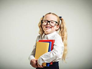 Bilder Schule Grauer Hintergrund Kleine Mädchen Bücher Brille Lächeln Kinder