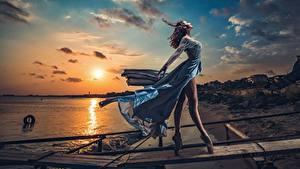 Fotos Morgendämmerung und Sonnenuntergang Abend Himmel Kleid Wind Bein Ballett Model Sonne Schön Posiert Ivan Slavov Natur