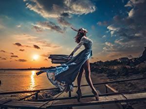 Fotos Morgendämmerung und Sonnenuntergang Abend Himmel Kleid Wind Bein Ballett Model Sonne Schön Posiert Ivan Slavov junge frau Natur