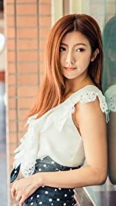 Fotos Asiatisches Braune Haare Hand Spiegelt Bluse Unscharfer Hintergrund junge Frauen