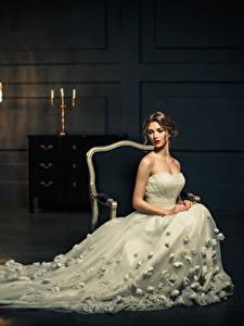 Fotos Braunhaarige Kleid Sitzend