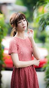 Fotos Asiatische Hand Kleid Braunhaarige Mädchens
