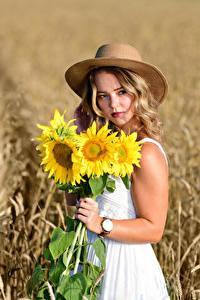 Fotos Felder Sonnenblumen Sträuße Der Hut Hand Kleid Blick Bokeh Selina Mädchens Blumen