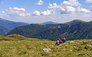 Hintergrundbilder Bergsteigen Gebirge 2 Erholung Bergsteiger Sitzend Gras Natur