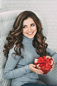 Hintergrundbilder Braunhaarige Sitzend Lächeln Geschenke Hand Schön Mädchens