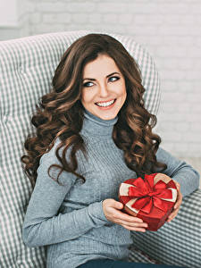 Hintergrundbilder Braune Haare Sitzend Lächeln Geschenke Hand Schön Mädchens