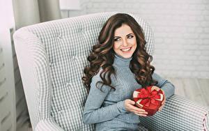 Hintergrundbilder Braunhaarige Sitzend Lächeln Geschenke Hand Schöner Mädchens