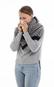 Hintergrundbilder Weißer hintergrund Braune Haare Hand Jeans Erkältung runny nose, colds Mädchens