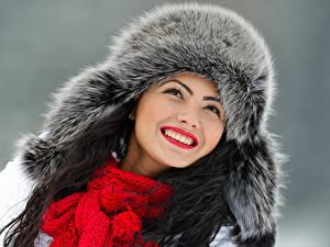 Bilder Winter Grauer Hintergrund Gesicht Lächeln Mütze Schal Zähne Mädchens