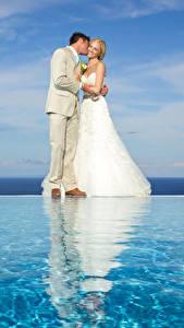 Fotos Hochzeiten Bräutigam Bräute Blond Mädchen Umarmt Kleid