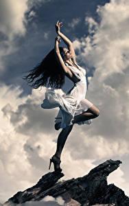 Bilder Brünette Kleid Hand Wolke
