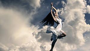 Bilder Brünette Kleid Hand Wolke Mädchens