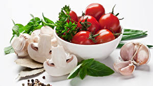 Fotos Gemüse Tomate Pilze Knoblauch Zucht-Champignon Weißer hintergrund