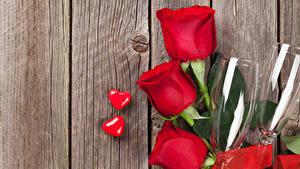 Papéis de parede Dia dos Namorados Rosas Tábuas de madeira Vermelho Copo de vinho Coração Flores
