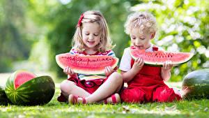 Bilder Wassermelonen 2 Jungen Kleine Mädchen Sitzend Kinder