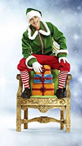 Fotos Neujahr Elfe Sessel Geschenke Sitzend Uniform Lächeln