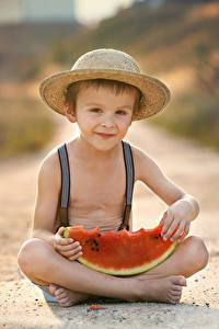 Bilder Wassermelonen Junge Sitzend Der Hut Blick Kinder